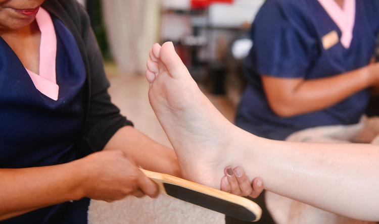Queens Foot Treatment + Hand Spa + Foot Spa + Gel Pedi + Nail Stones